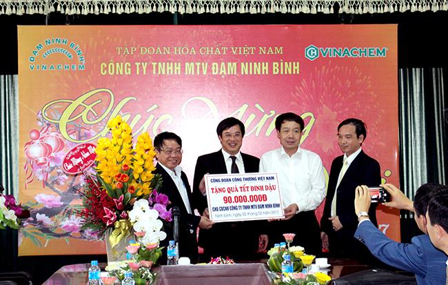 Thưởng 270 triệu đồng cho CBCNV Cty Đạm Ninh Bình vì thành tích chạy lại máy thành công